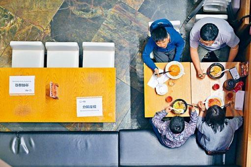 旺角一家食肆配合政府防疫措施,暫停開放部分餐桌。