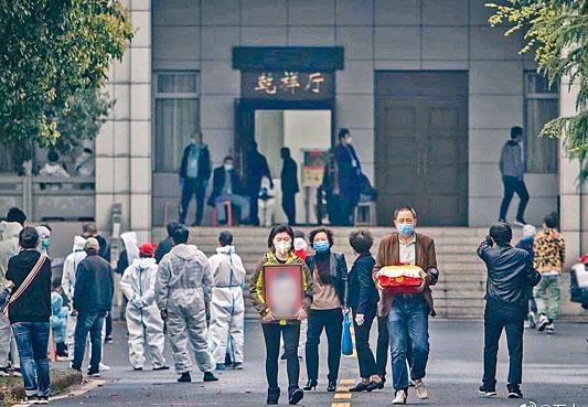 家屬到武漢殯儀館取回死者的骨灰。