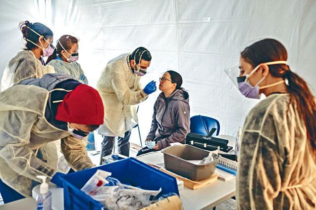 紐約聖巴拿巴醫院設置臨時檢查站,為出現感冒徵狀的醫護人員做新冠肺炎毒檢測。