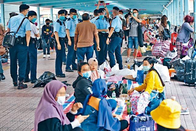 大批警員到旺角天橋,要求超出限聚令的六名外傭,分散活動。