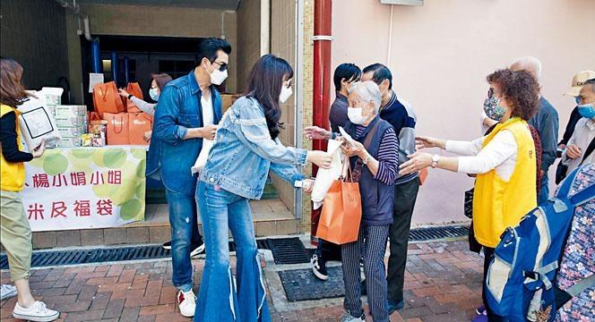 阿呂與太太楊小娟齊齊落區派健康福袋給長者們。