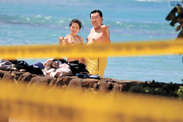 歐胡島兩宗新病例相信證實本地社區傳播。當局20日關閉所有公園海灘,包括威基基海灘,但仍有遊人跨越黃色封條。美聯社