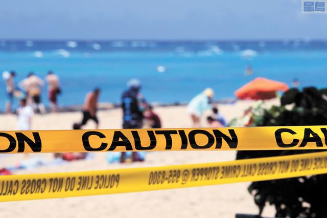 歐胡島實施居家避疫令。圖為本月20日起當局關閉公園海灘等,拉起黃色警戒線。美聯社