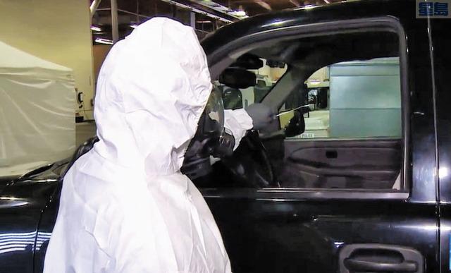 西雅圖設立專供救援人員檢測的站點,前線人員驅車前來,便有人過來透過車窗抽取樣本送交化驗。圖為當局人員示範檢測程序。KOMO電視畫面