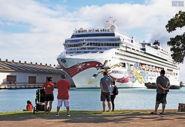 挪威郵輪寶石號22日停靠檀香山港,但船上乘客和人員不得上岸。Cindy Ellen Russell/《檀香山星—廣告人報》/美聯社