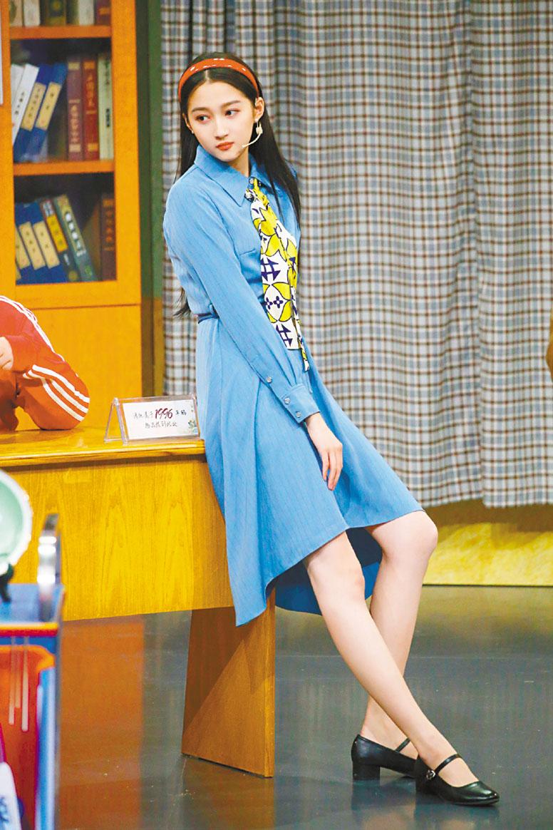 關曉彤一身復古打扮依靠在桌子上。網上圖片