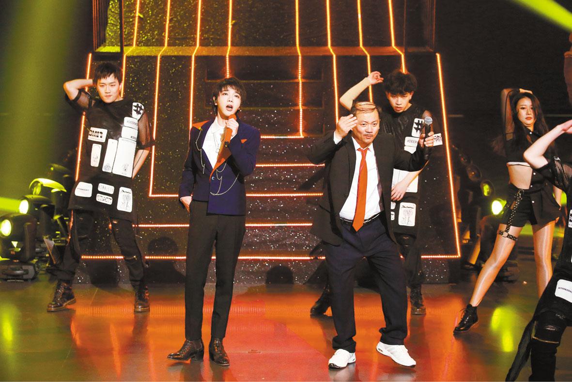 華晨宇專心演唱時,唐鑒軍在其身旁伴舞。 網上圖片