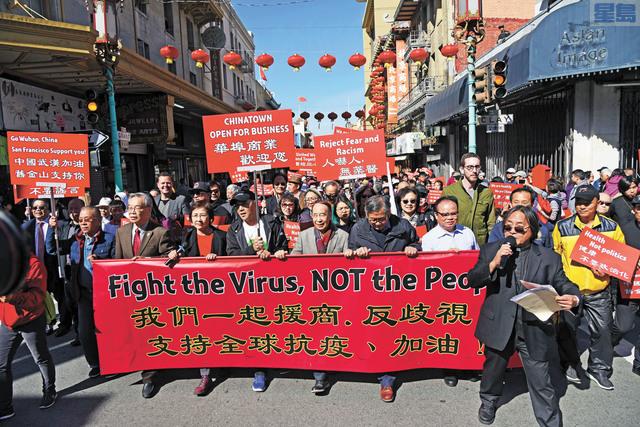遊行隊伍浩浩蕩蕩,第一排左一戴紅領帶者為總會館總董李殿邦。記者黃偉江攝