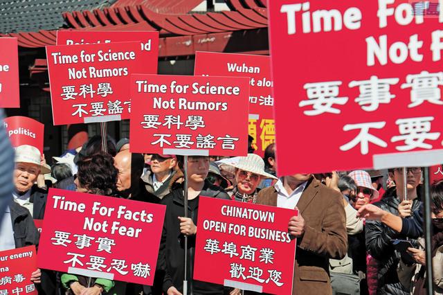 上千民眾參加華埠遊行,舉標語「要科學,不要謠言」。記者彭詩喬攝