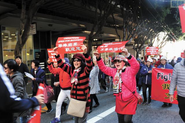 華裔民眾一邊遊行一邊喊「武漢加油」!記者彭詩喬攝