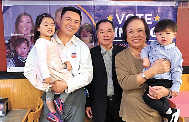 吳明海(左二)與父母、孩子合影。吳明海提供