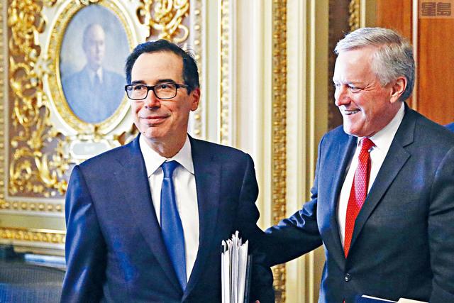 白宮與國會就規模達兩萬億美元的緊急經濟援助計劃達成共識。圖為財長努欽(左)與代理白宮幕僚長梅多斯出席完國會會議。    美聯社