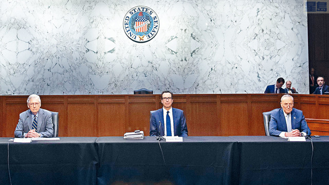 財政部長努欽與參議院民主黨領袖舒默(右)會面後表示,有信心在短時間內達成共識,推出2萬億元的紓困法案。    法新社
