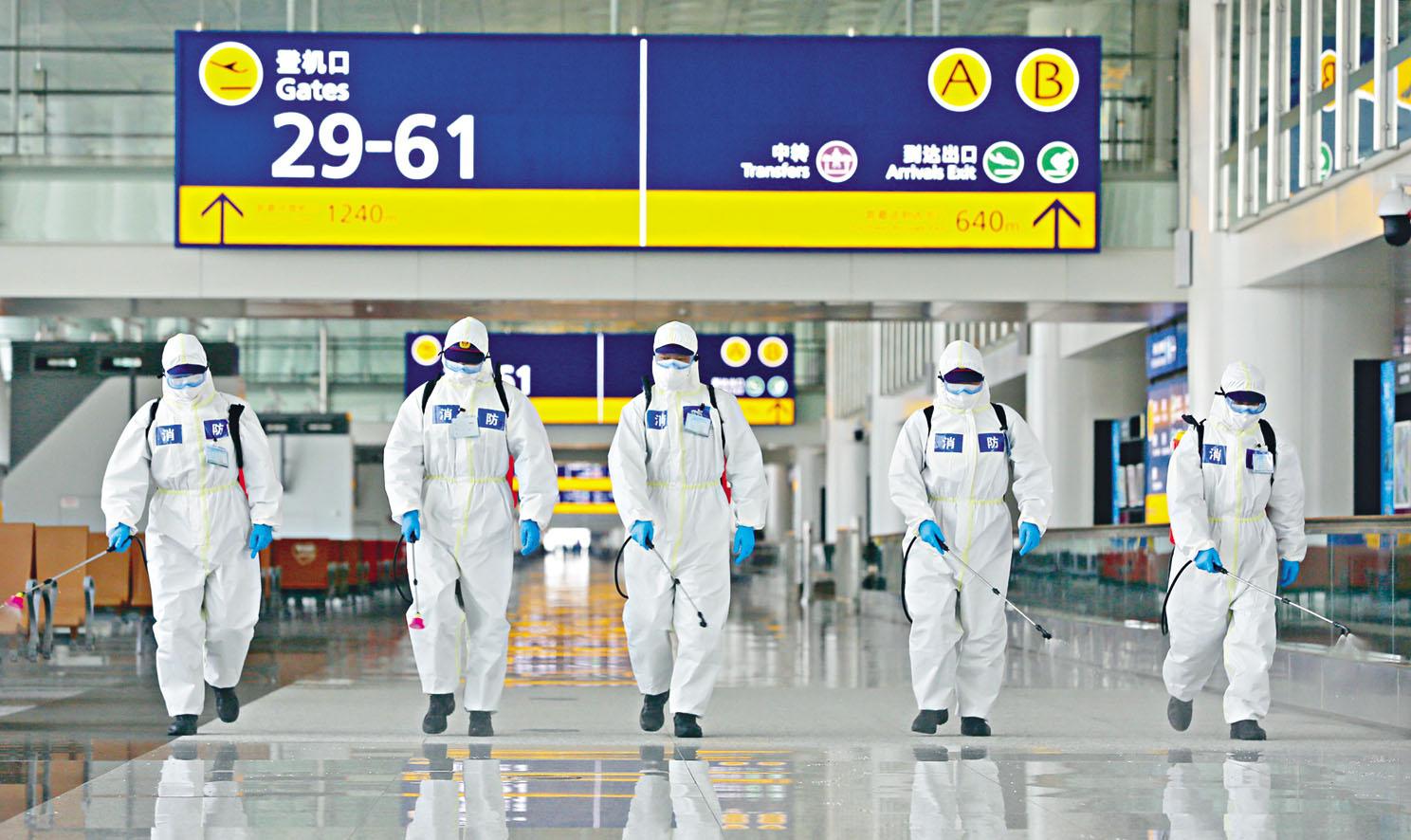 防疫人員昨天在武漢天河機場進行全封閉式消毒,準備下周三機場重開。