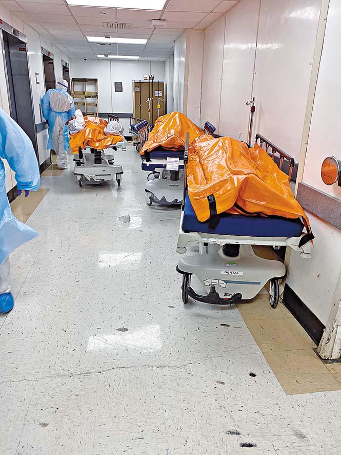 新冠疫情下紐約市病歿者眾,布魯克林區維考夫 醫院通道擺放多具患者遺體。 路透社