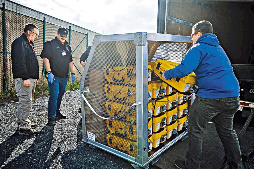 華盛頓州雅基馬縣的官員,在點算一批剛收到的呼吸 機。 美聯社