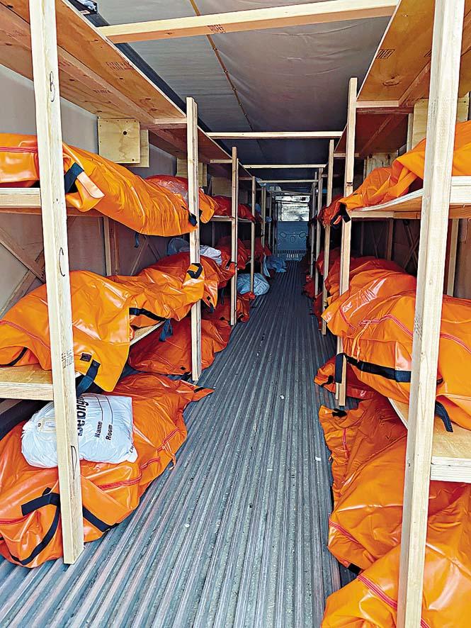 紐約市維考夫醫院外的臨時停屍間擺滿患者屍體。 路透社