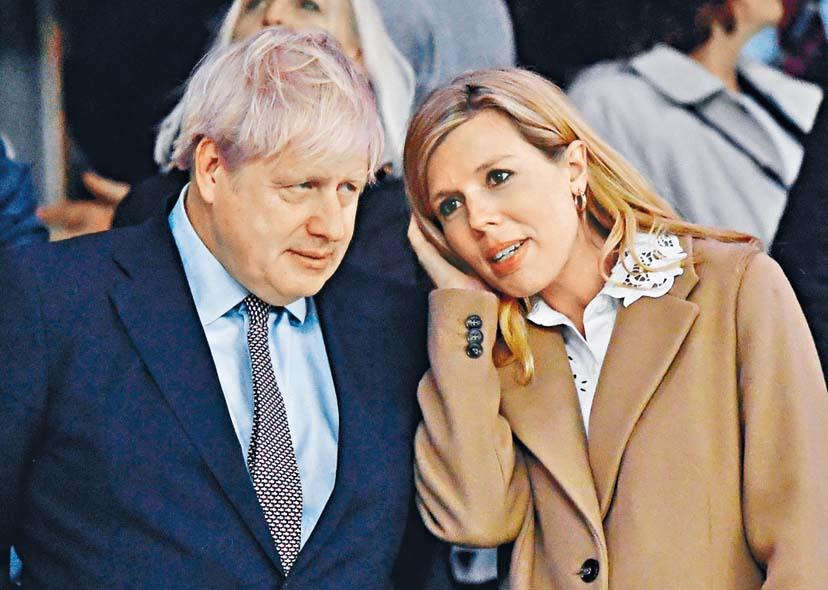 約翰遜與未婚妻西蒙茲。  資料圖片