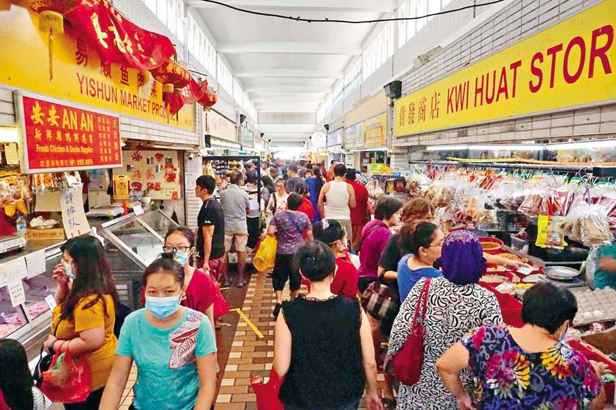 新加坡一個濕貨市場上周六不乏客人。 法新社