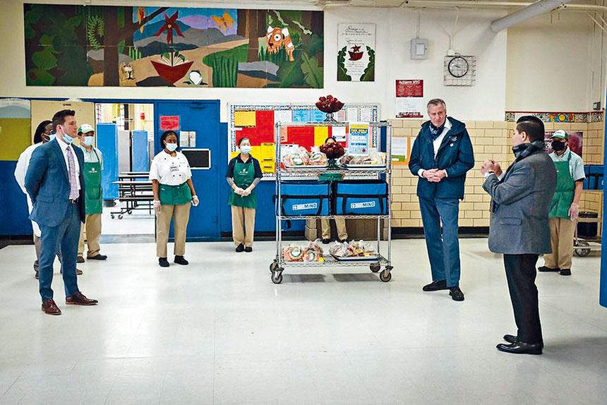 市長慰問第一小學食品發放點工人。