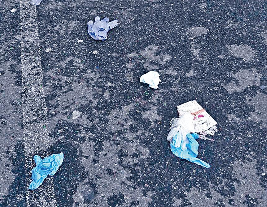 8大道上隨處可見圖示令人的噁心的棄用口罩,手套。
