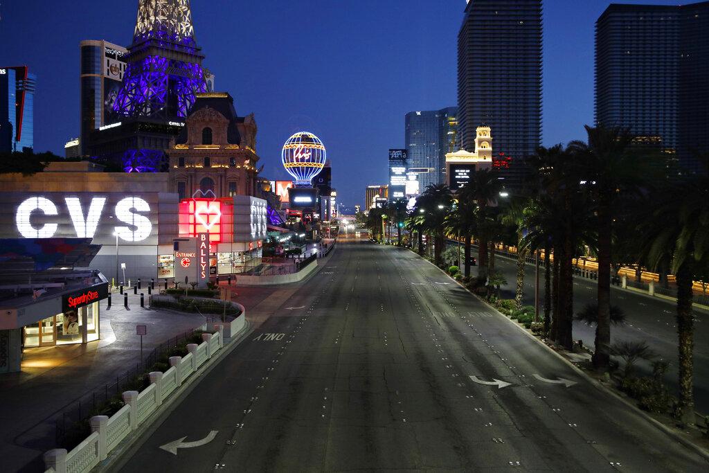賭場商家全關閉,拉斯維加斯大道上空蕩蕩。美聯社