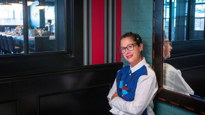 米其林大廚Nancy Silverton確診新冠病毒,不得不暫停為失業者提供免費餐食的救助計劃。洛杉磯時報