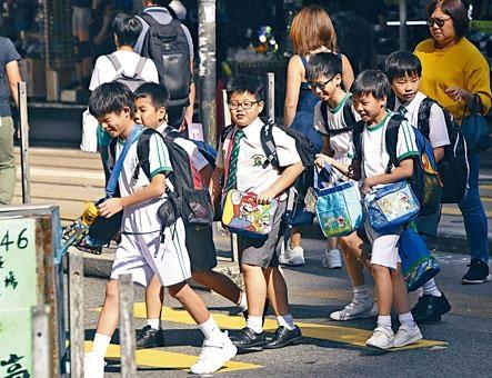 全港全開英文班合計約一萬零二百多個學額,平均五點六人爭一位。