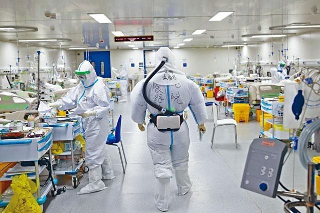 護士袁維方身着三級防護標準的正壓通氣面罩進入雷神山醫院重症醫學二病區。