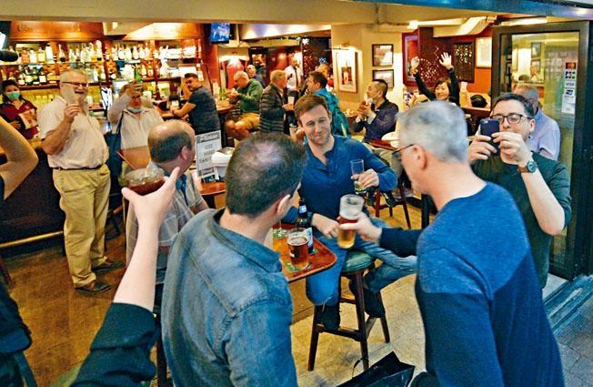 灣仔駱克道部分酒吧關閉前聚集了不少客人,爭取在最後一刻舉杯暢飲。
