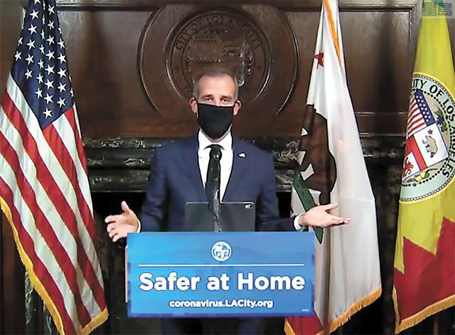 洛杉磯市長賈西提(Eric Garcetti) 周三已戴上面罩舉行每日疫情簡報會。美聯社