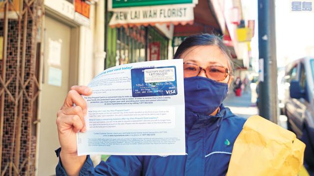 慈濟15日向50戶特困家庭寄出100元儲值卡。記者黃偉江攝