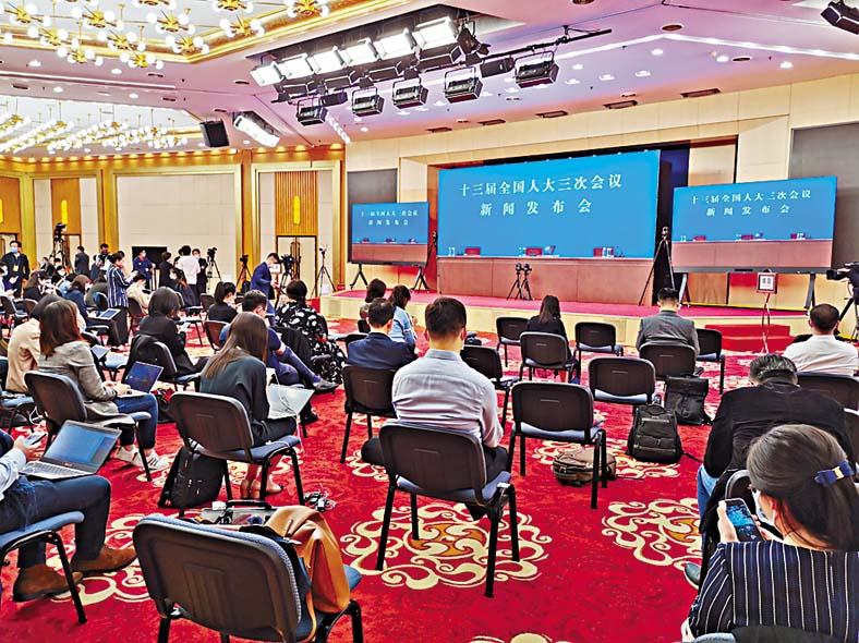梅地亞新聞中心現場與會記者不足百人,每個座位前後左右距離約一米。