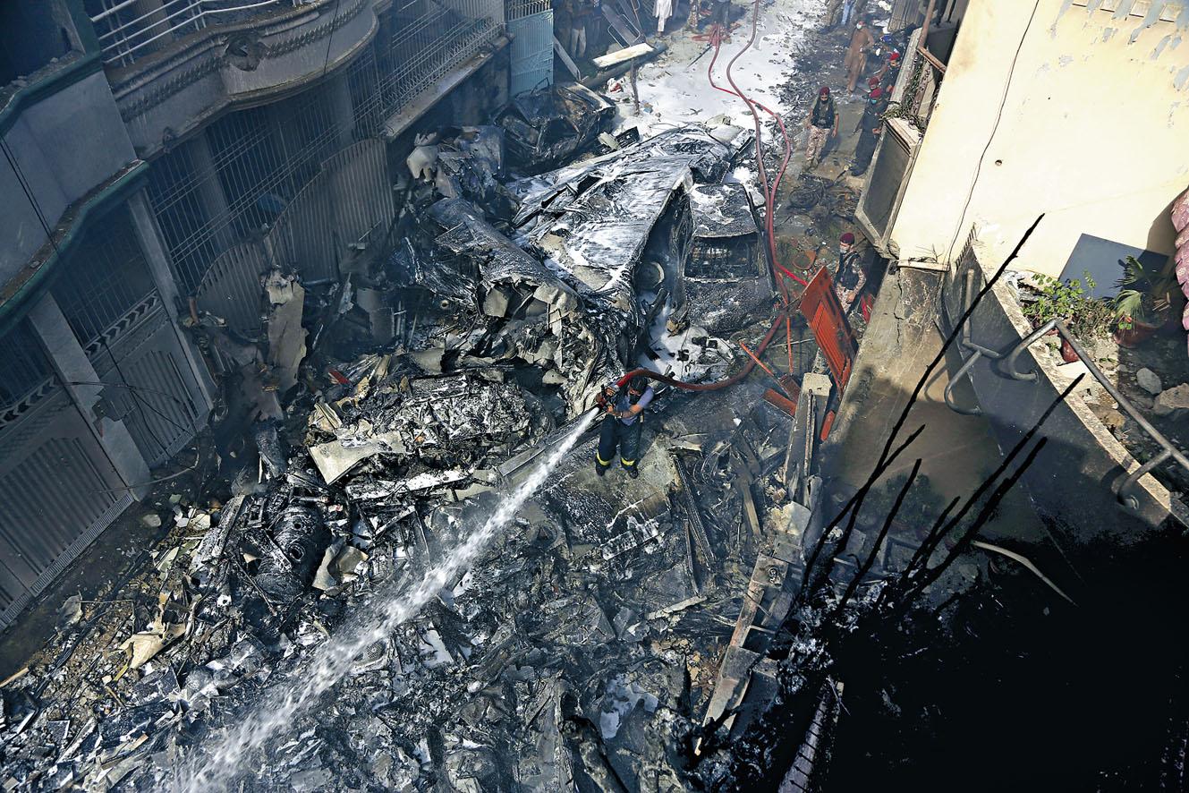 客機墜落在 卡拉奇的一個 貧民區。 美聯社