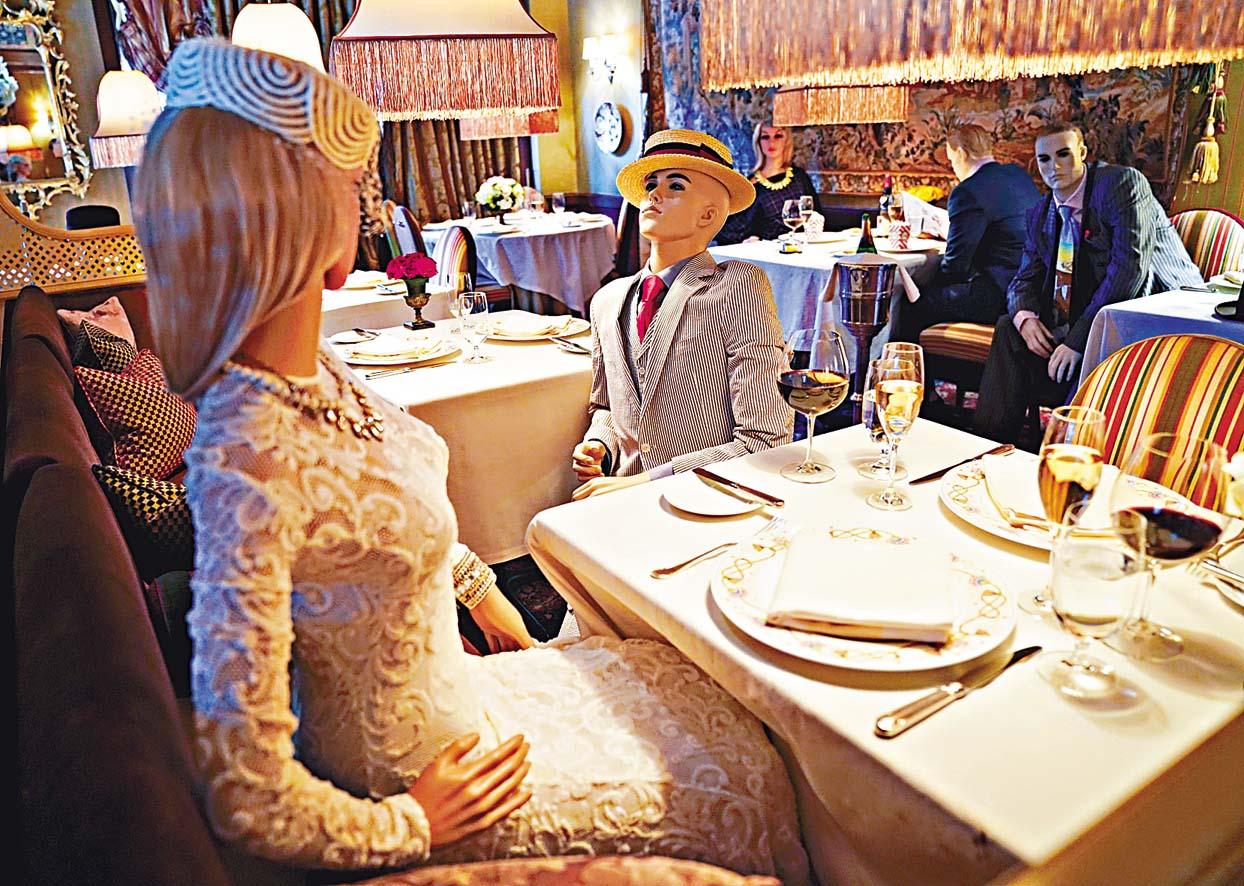 華盛頓一家米芝蓮三星餐廳部分餐桌擺放人體模特,讓須遵守社交距離的食客減少孤立感。 路透社
