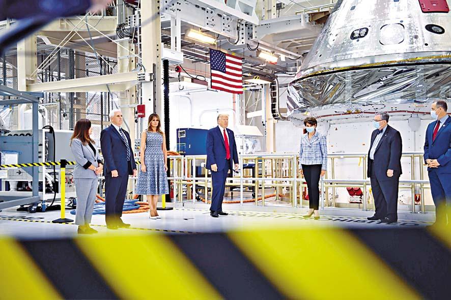特朗普夫婦和副總統彭斯夫婦,周三在佛州甘迺迪太空中心參觀。 法新社