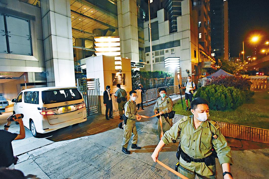 晚上有團體到中聯辦抗議,警員在場戒備。