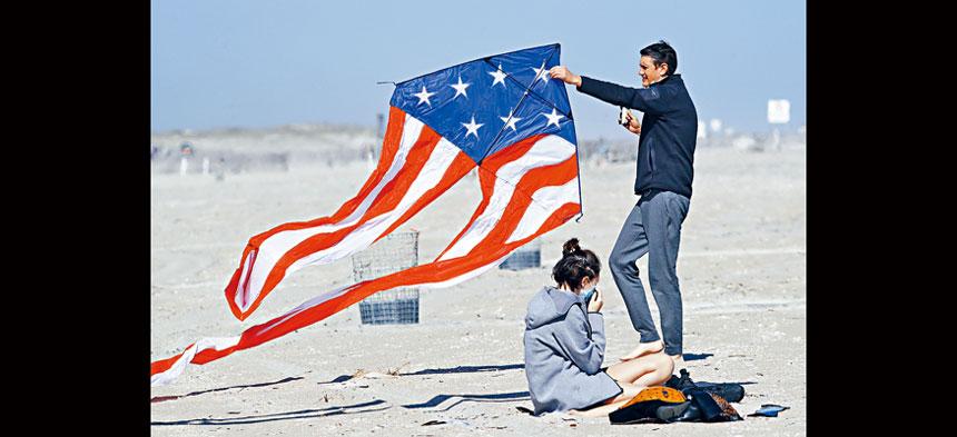 全美50個州都已不同程度地重啟經濟,圖為一個家庭在紐約州的瓊斯海灘慶祝陣亡將士紀念日。但總統特朗普表示,如果出現第二波疫情美國不會再次關閉。    美聯社