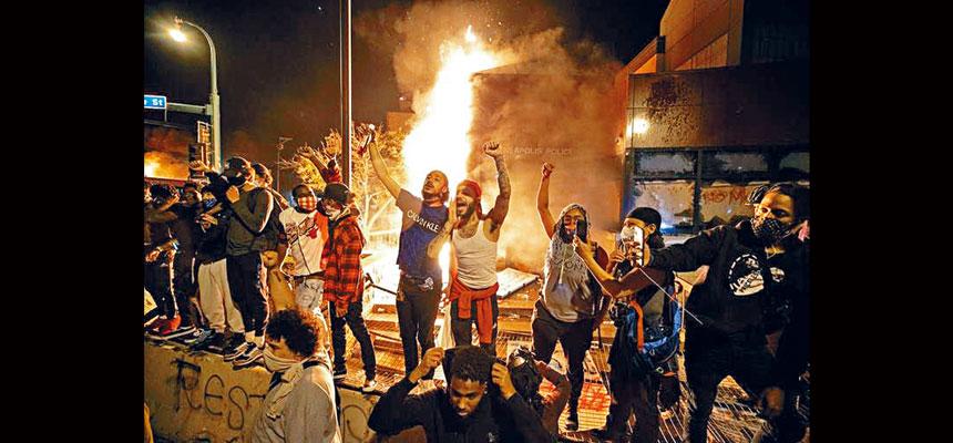 眾多短片顯示,明尼阿波利斯市抗議人士擠在一起,很多人沒戴口罩,高呼口號,大聲唱歌。    STAR TRIBUNE圖片