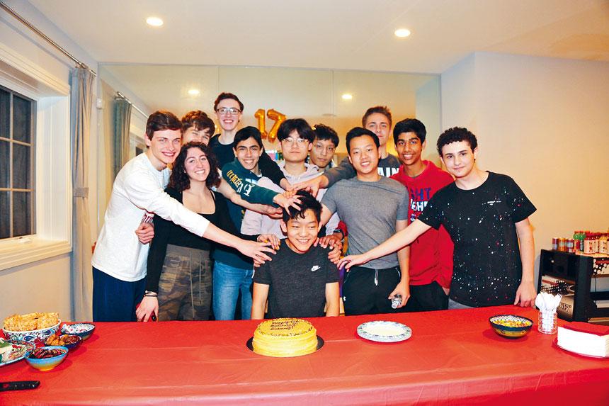 焦宇桐(中)的生日派對籌到了800元買成口罩捐給美國的醫護。