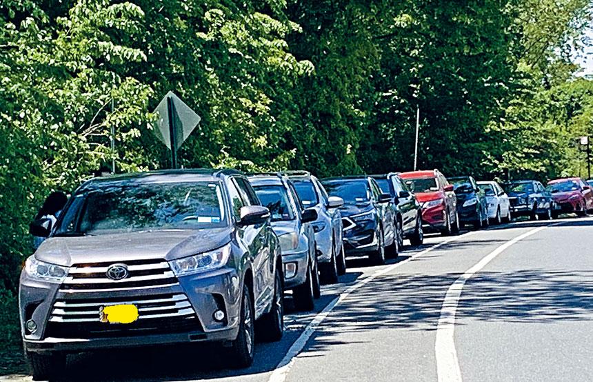 范洛威快速公路秋園小丘附近公寓群靠近小樹林的路邊,18輛汽車連環被打破玻璃窗。