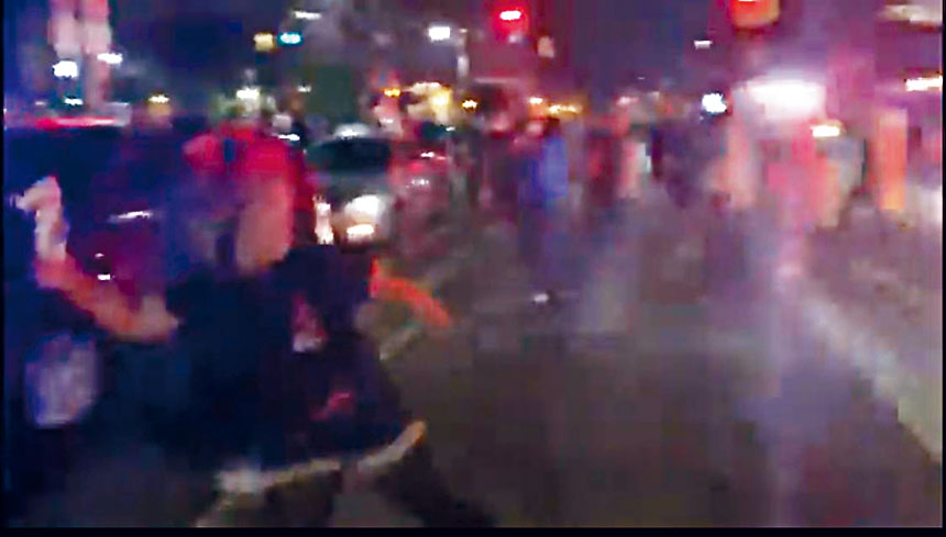 嫌犯Samantha Shader投擲燃燒瓶瞬間。 讀者提供