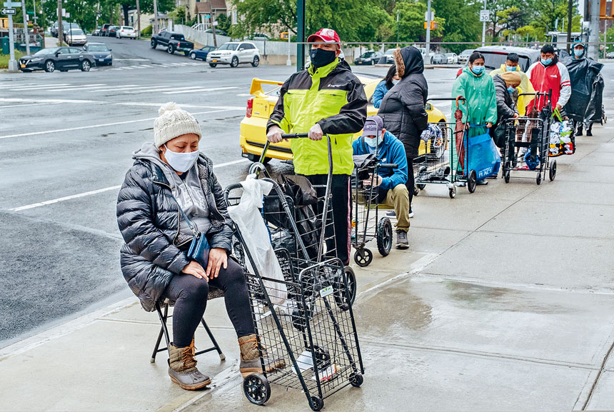 艾姆赫斯特是新冠疫情重災區,圖為民眾排隊領救濟。Juan Arredondo/紐約時報