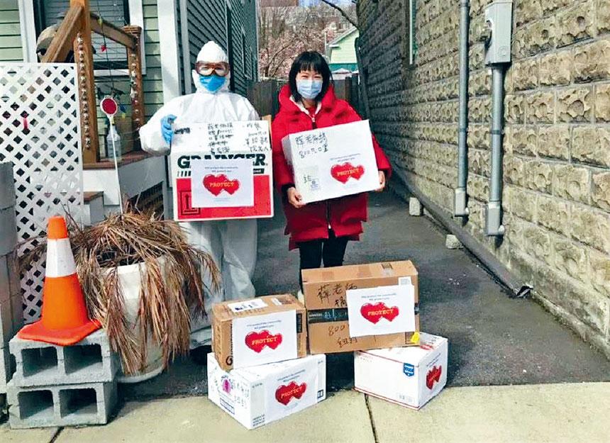 志願者(右)將防護用品直接送到醫生家中。李雙提供