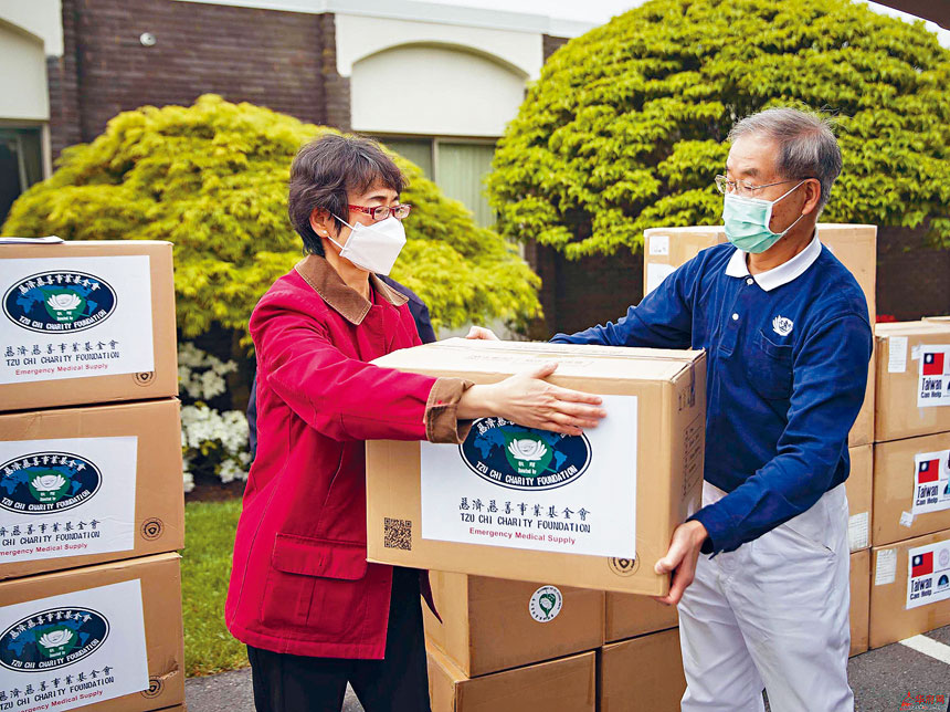 白越珠博士聯合僑社整合資源,捐贈七萬套防護設備予馬州政府。