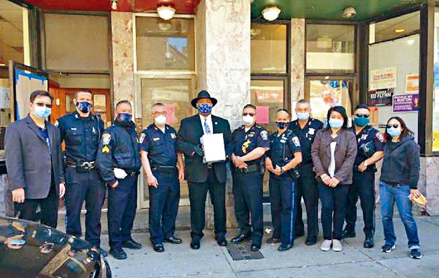 格羅斯局長(戴帽者)同警員、華商會代表合影。