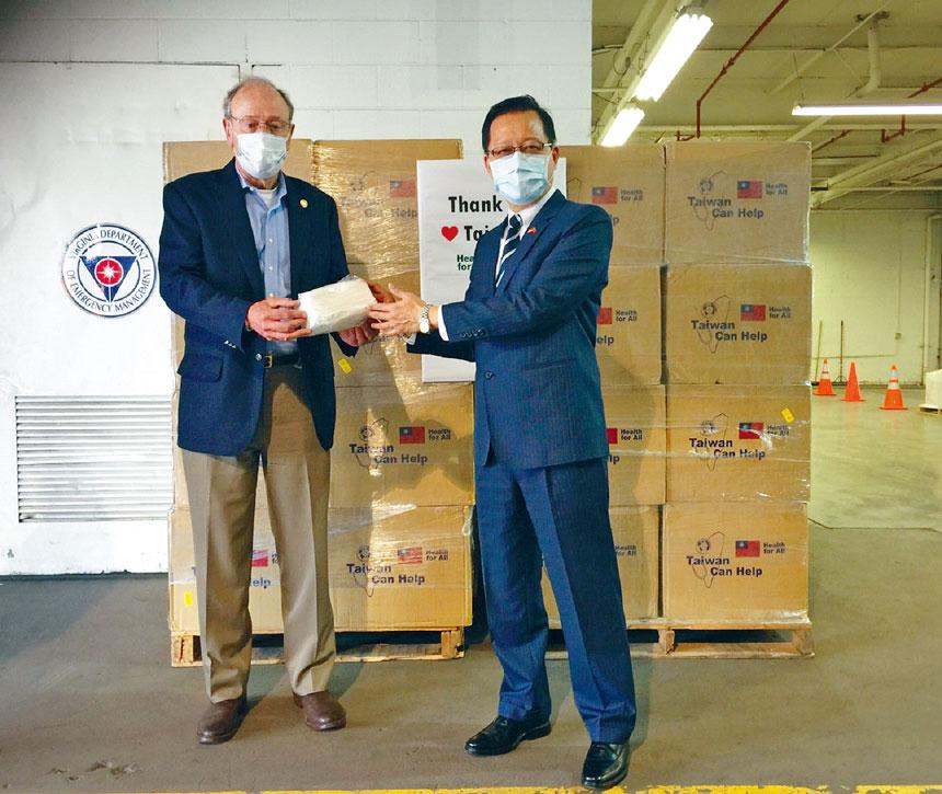 維珍尼亞州商務廳廳長Brian Ball(左1)代表州長Ralph Northam接受駐美國代表處領務組周道元組長(右1)代表台灣捐贈10萬片醫療用口罩。