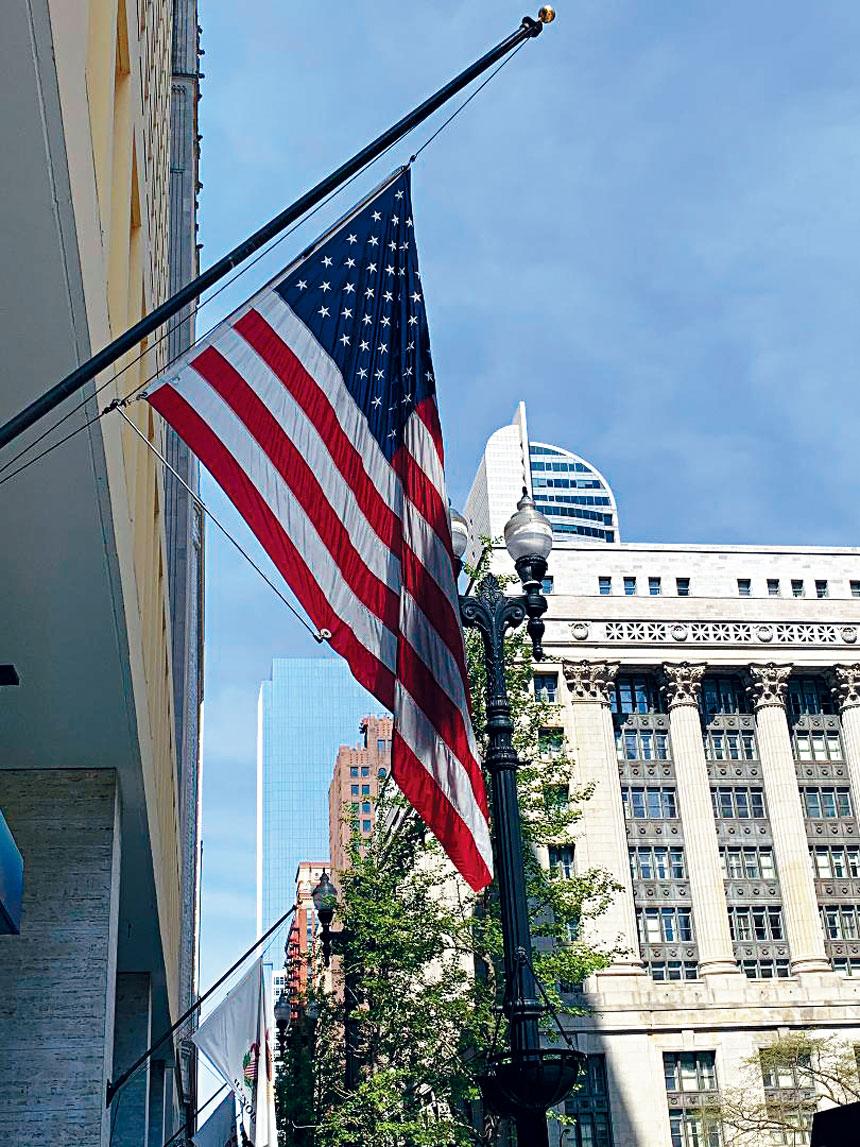 緬懷保家衛國而捐軀的英勇軍士們,芝加哥市府以下半旗的儀式向他們致敬。梁敏育攝