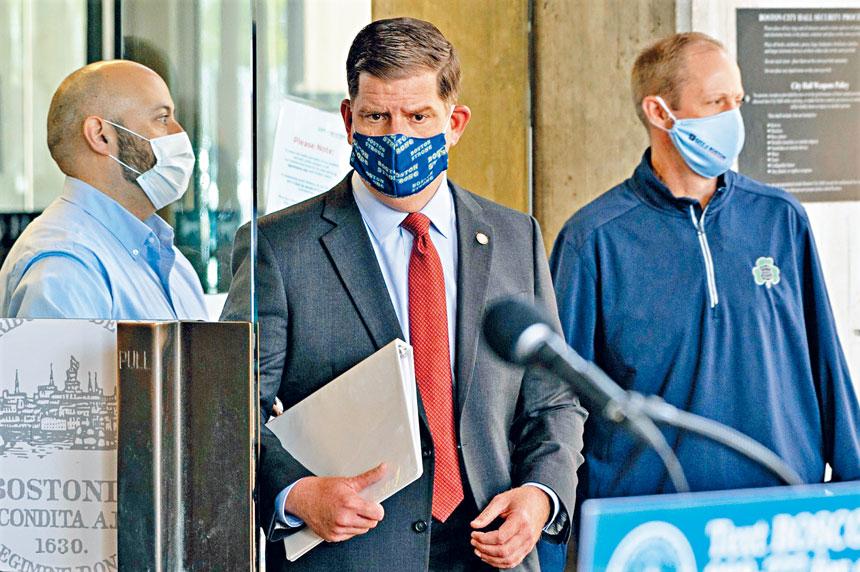 市長馬丁華殊(中)出席疫情發布會。 市府提供