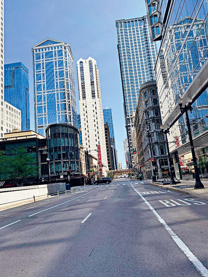 芝市最繁華的商圈州街(State Street),以往從早到晚車水馬龍人聲喧鬧,但自三月封城以來,街道一片冷清,商店重門深鎖,令人唏噓傷感不已。梁敏育攝